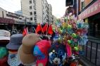 Shanghai, Octobre 2013. A quelques centaines de mètres de la Place du Peuple, les marchands ambulants ont troqué les statuettes de Mao contre des smileys montés sur ressorts, et les casquettes couleur bleu de travail contre des oreilles de Mickey. Quelques drapeaux rouges se rappellent néanmoins à notre bon souvenir, au cas où nous serions tentés d'oublier que la Chine est encore une Démocratie Populaire. Le merchandising a remplacé les icones, le marketing est la nouvelle propagande.