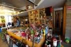Paju Book city, Corée du Sud, Octobre 2013. Dans cette ville incroyable, un disquaire qui a tapissé son entrée de vinyles invite également des artistes à peindre. Je me serais bien installée pour toujours entre ces pinceaux, aérosols, colles d'écoliers, CD et guitares. Pour une fois, la profusion de l'offre n'incite pas à acheter pour mieux consommer en solitaire, mais plutôt à partager. Le pays du matin calme, une autre voie vers le collectif.
