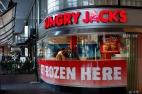 Sydney, Australie, Février 2014. Ici, même les Burger Kings n'ont pas le même nom que dans les autres pays du Commonwealth. Le sport est une partie inhérente de la culture locale et on voit en Nouvelle-Galle du Sud bien moins d'obèses qu'en Angleterre. Mais là, sur le Pier, aujourd'hui, il semble que Jack ait vraiment eu les yeux plus gros que le ventre.