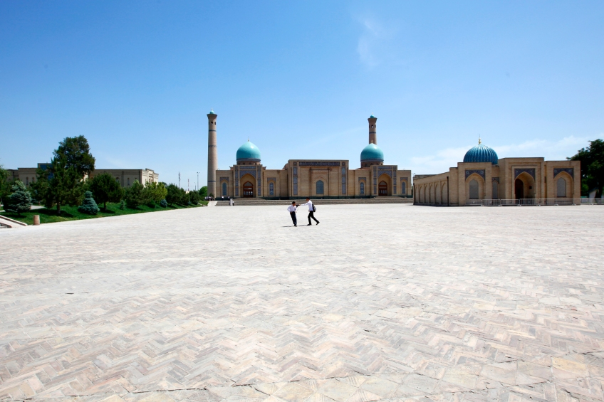 Uzbekistan - Kids playing in Tachkent
