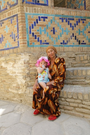 Uzbekistan - Grandma waiting in the shade