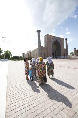 Uzbekistan - Samarkand - Rubbing shoulders
